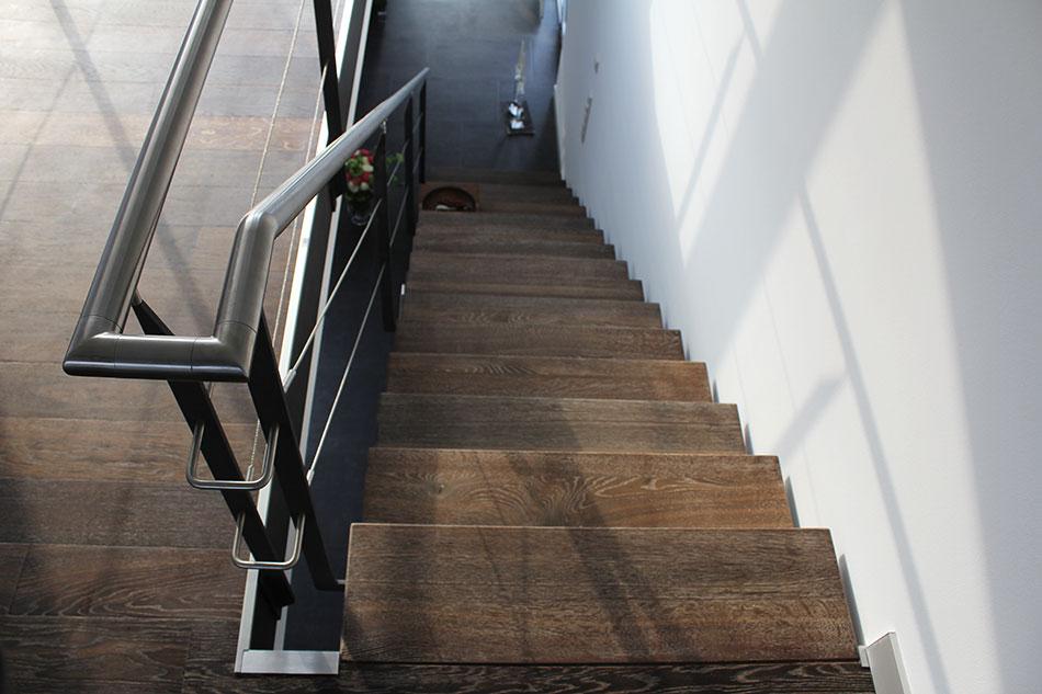 ... Treppe Im Altbau: Gestaltung Trotz Räumlicher Begrenztheit Treppe11:  Eichenstufen Geräuchert, Gebürstet, Gekälkt Auf Metallkonstruktion ...